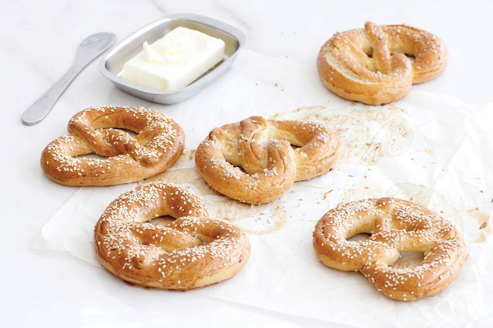 מברישים בביצה ומפזרים מעט מלח גס או שומשום. אופים בתנור שחומם מראש  (צילום וסגנון: נטלי לוין )