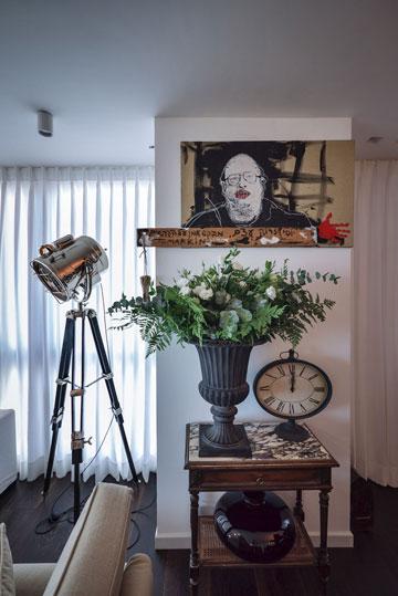 """הסלון של רזיאלה גרשון. """"נראה לי שמכאן אני כבר לא אעבור, אבל אני לא מבטיחה"""" (צילום: איתי סיקולסקי)"""