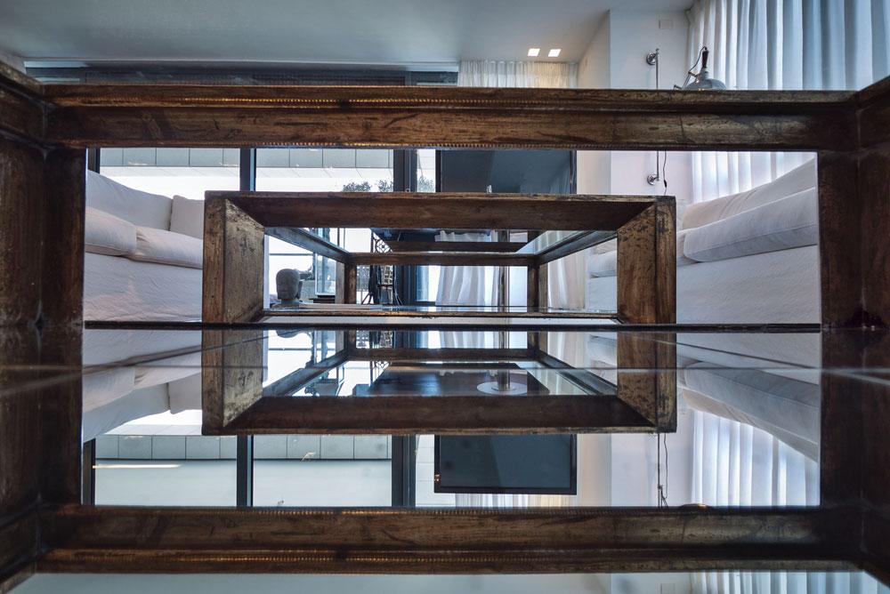 שולחנות הקפה בסלון הדירה במגדל W בוטיק (צילום: איתי סיקולסקי)
