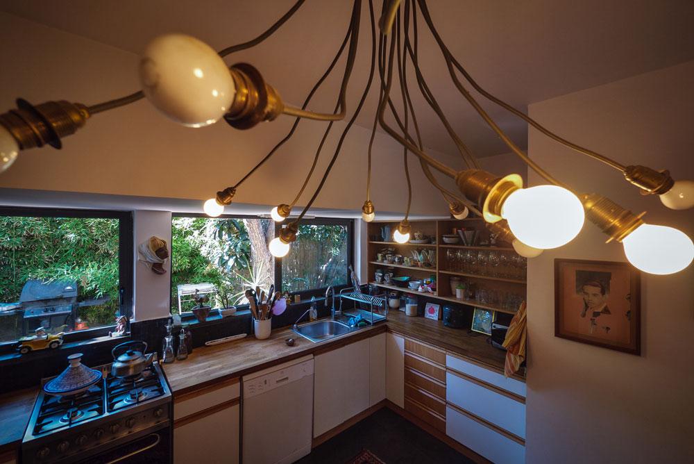 מטבח הבית הפרטי ברמת חן, המשקיף אל הגינה (צילום: איתי סיקולסקי)