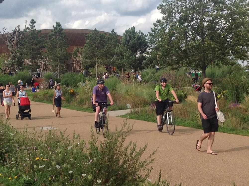 היום זהו ''פארק המלכה אליזבת'' - מתנה לתושבי העיר, שמטיילים ורוכבים בו (צילום: גלית שיף)