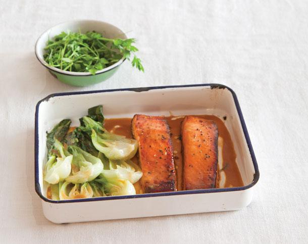שילוב קלסי במטבח האסייתי. סלמון ובאק צ'וי (צילום: יוסי סליס)