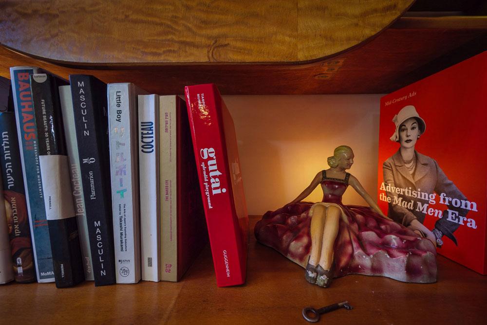 פריטים מפתיעים גם על מדף הספרים (צילום: איתי סיקולסקי)
