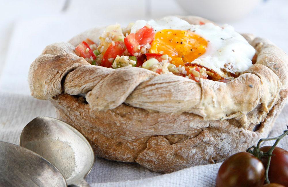 קערת לחם עם סלט פריקי (צילום: אפיק גבאי)