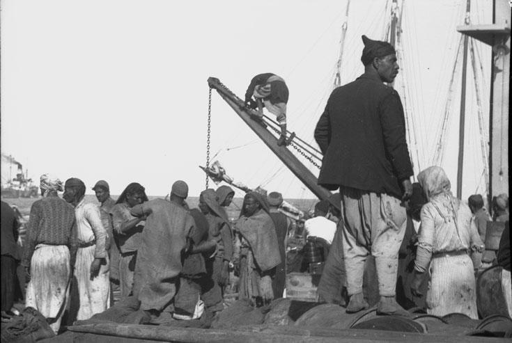 """מתוך """"בין חיפה ליריחו"""". התושבים מוצגים מנקודת מבט פטרונית, בדרך כלל באופן שלילי (צילום: זאב אלכסנדרוביץ')"""