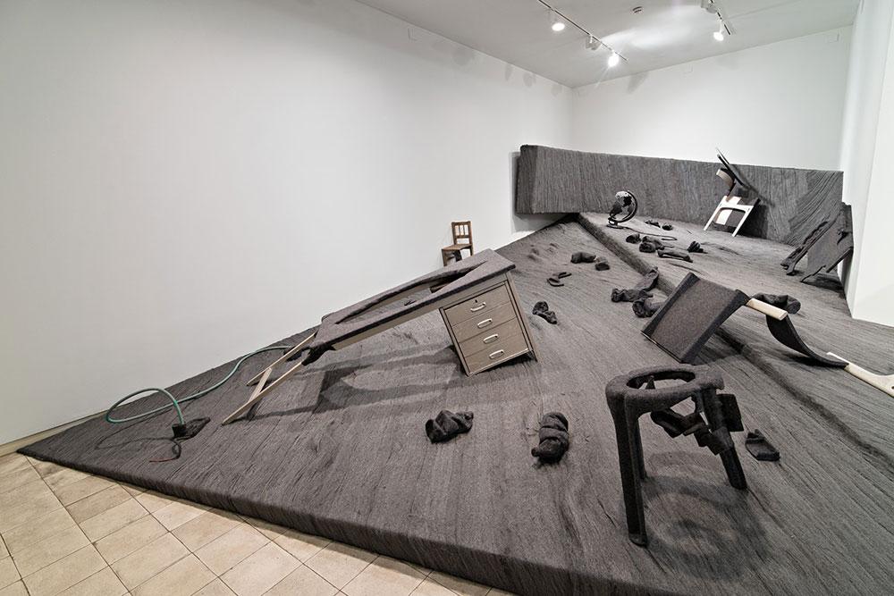 """מתוך התערוכה """"לבנדה 56"""".  מרפסת שבורה, שהיא העתק מדויק של חלק מקומה ב""""בית האונייה"""" בשכונת נווה שאנן בתל אביב, אחד מ-4,000 בתי באוהאוס בסגנון בינלאומי שנבנו בעיר (צילום: מידד סוכובולסקי)"""