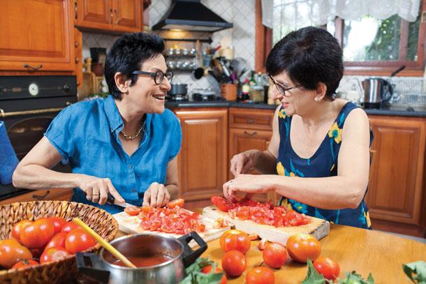 הקיץ הוא הזמן להכין כמות נדיבה של רסק עגבניות ולהקפיא אותו בקופסאות (צילום: אנטולי מיכאלו)