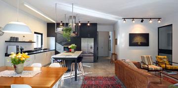 שחור ולבן גם במטבח, ודלת הכניסה בעומק התמונה (צילום: עוזי פורת)