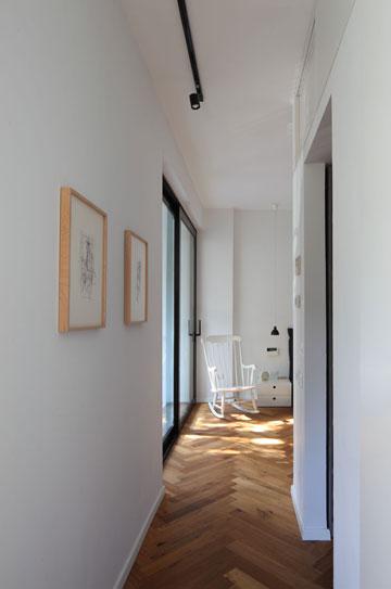 המסדרון המוביל לחדר ההורים מפינת העבודה וחדר הרחצה. מימין: דלת לחדר הארונות (צילום: עוזי פורת)