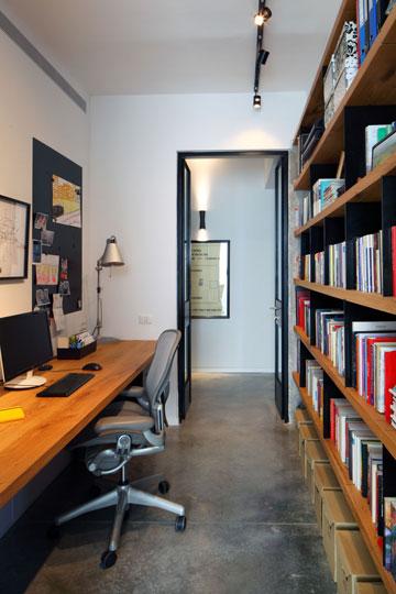 הדלת בקצה נפתחת למבואת הדירה, ופינת העבודה מפרידה בינה לבין חדר השינה של ההורים (צילום: עוזי פורת)