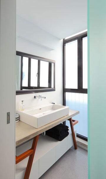 בחדר הרחצה של ההורים חלון שמשלב זכוכית חלבית ושקופה (צילום: עוזי פורת)