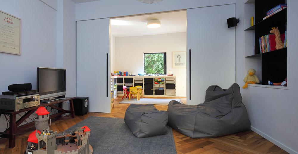 מבט מפינת המשפחה אל חדר המשחקים. כשהילדים (בני שבע וארבע) יגדלו, אפשר יהיה לחלק את החדרים אחרת, כך שלכל אחד תהיה פרטיות (צילום: עוזי פורת)