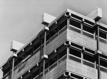 """בניין קופת חולים לין בחיפה. מתוך התערוכה """"בזכות האיפוק"""" (צילום: משה גרוס - קרן אור, באדיבות רכטר אדריכלים)"""