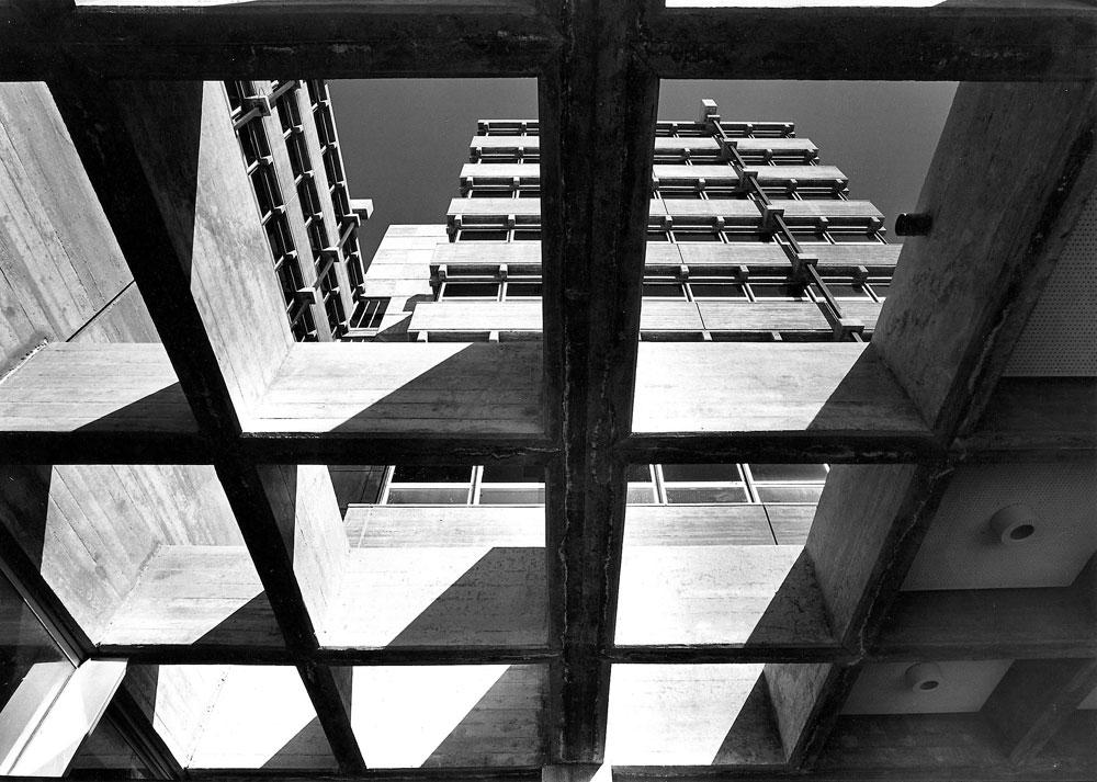 """בניין קופת חולים לין בחיפה. אחד המבנים שמוצגים בתערוכה """"בזכות האיפוק"""" כמייצגים של הברוטליזם החיפאי (צילום: משה גרוס - קרן אור, באדיבות רכטר אדריכלים)"""