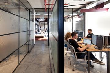משרדים ב''קומת העבודה'' התחתונה (צילום: עמית גרון)