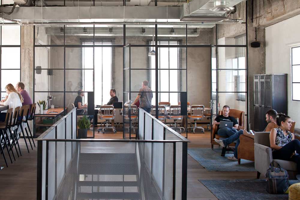 הקומה העליונה ''סלונית'' יותר, עם רצפת פרקט, פינות ישיבה, חדר ישיבות גדול ובר ארוך (צילום: עמית גרון)