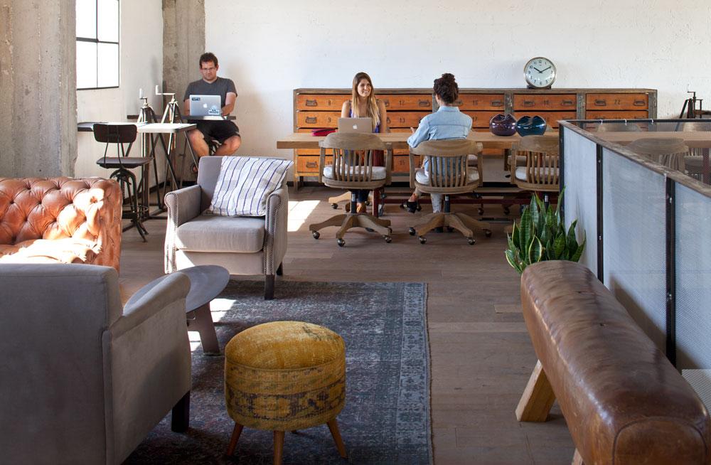 השולחן הגדול משמש את מי שיש לו חברות שנתית ב''SOSA'' ומגיע לכאן על בסיס מזדמן. השולחן נע על גלגלים ואפשר להזיזו כשמתקיימות כאן הרצאות ומפגשים שונים (צילום: עמית גרון)