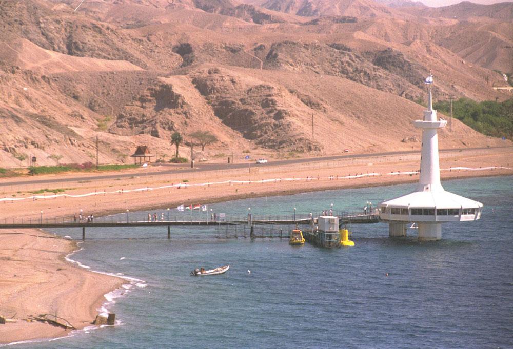 כך זה נראה פעם. המצפה התת-ימי, שיגעון של אדם אחד ועשיר (מוריס קאהן), קיבל 30 דונם של שמורת טבע ימית. גשר מוביל מהיבשה לים (צילום: משה מילנר, לע''מ)