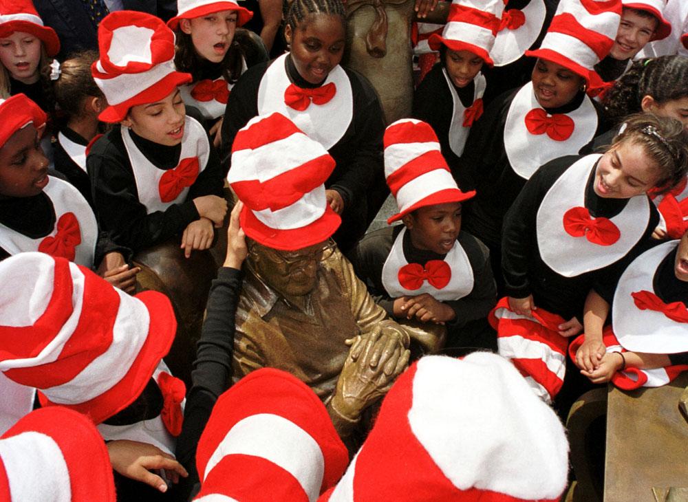 """ילדים מבקרים בגן הפסלים לזכרו של ד""""ר סוס. לו רק ידעו שהוא לא ממש מחבב אותם (צילום: gettyimages)"""