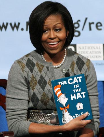 """בתחילת דרכו אייר מודעות פרסומת גזעניות. מישל אובמה מקריאה מספרו של ד""""ר סוס (צילום: gettyimages)"""
