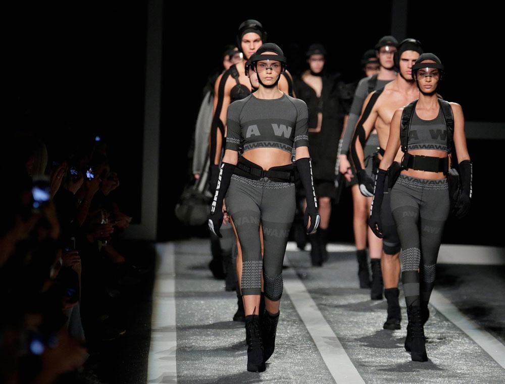 התצוגה להשקת הקולקציה של אלכסנדר וונג ל-H&M. גם בעולם המודרני שלנו, לפעמים שריון זה כל מה שצריך (צילום: הנס מוריץ )