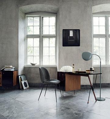 רהיטים של Gubi. רקע נקי וסקלת צבעים שקטה (Courtesy: Gubi )