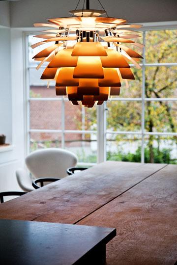 מנורת הארטישוק של הנינגסן. הקווים חלקים, אלגנטיים, יפים, מבלי להאפיל על האור שמופץ (צילום: Jesper Ray)