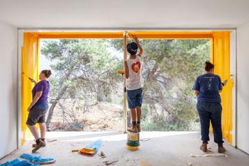 מכינים את המכולות למגורים בשדרות, השבוע (צילום: אביעד בר נס)
