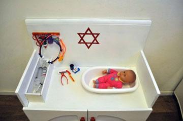 אמבטיית הפלסטיק הוסבה למיטת הבדיקות  (צילום: דפי לויאב גופר )