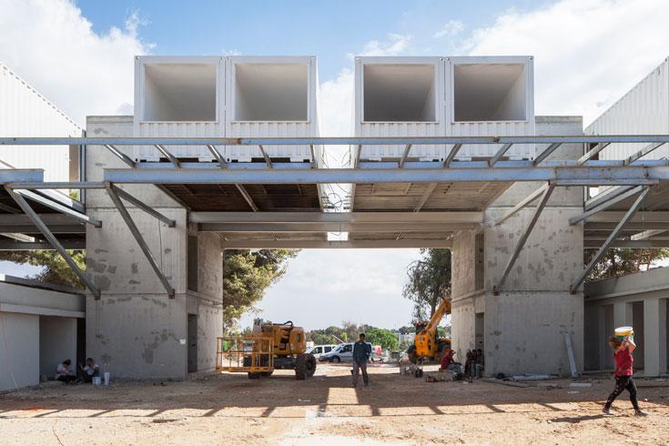 בשדרות, האדריכל ארז אלה תכנן גשר-מכולות מרחף מעל כיכר ציבורית (צילום: אביעד בר נס)