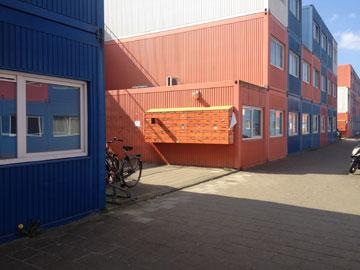 לא מפליגים לשום מקום. המכולות של הסטודנטים באמסטרדם (צילום: נעמה ריבה)