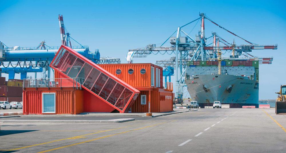גם משרדים ממקמים עצמם במכולות, למשל בנמל אשדוד (תכנון: פוטש אדריכלים, ביצוע: מרין קונטיינרס) (צילום: ליאור אביטן)