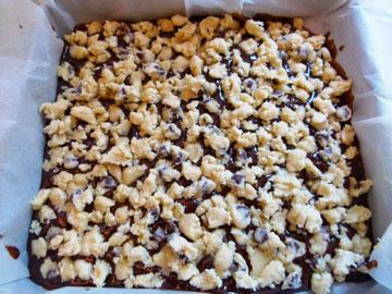 מפזרים את בצק העוגיות על בלילת הבראוניז (צילום: מרילין איילון)