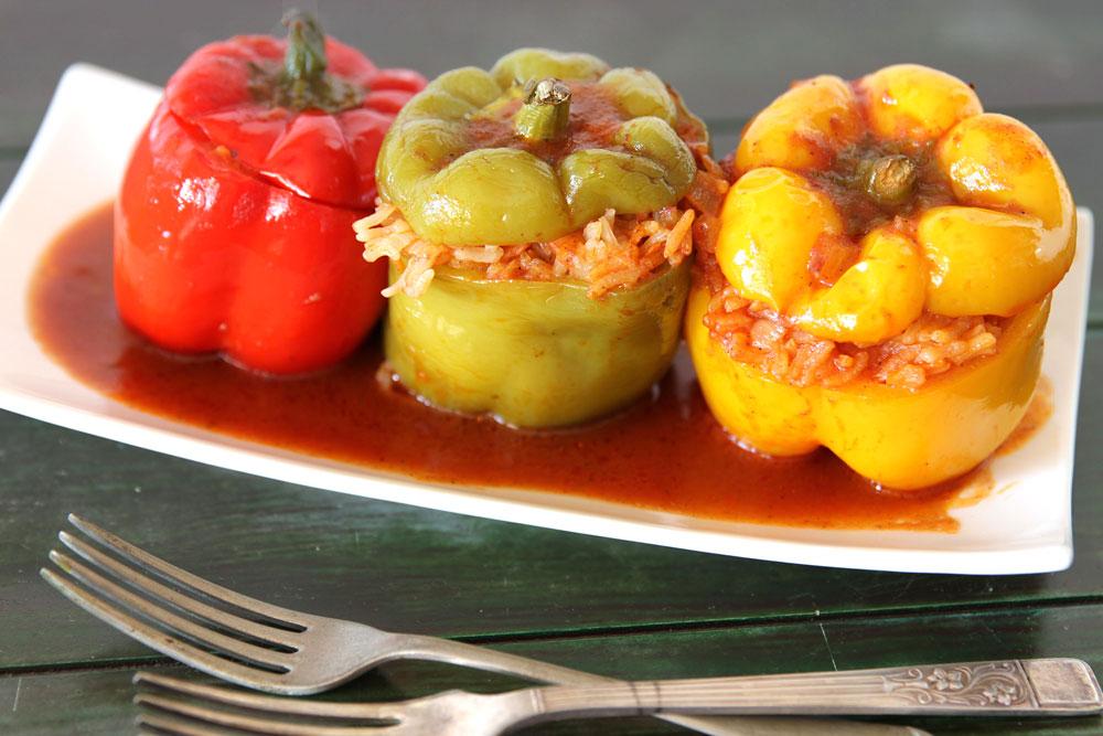 פלפלים ממולאים אורז ברוטב עגבניות (צילום: אסנת לסטר)