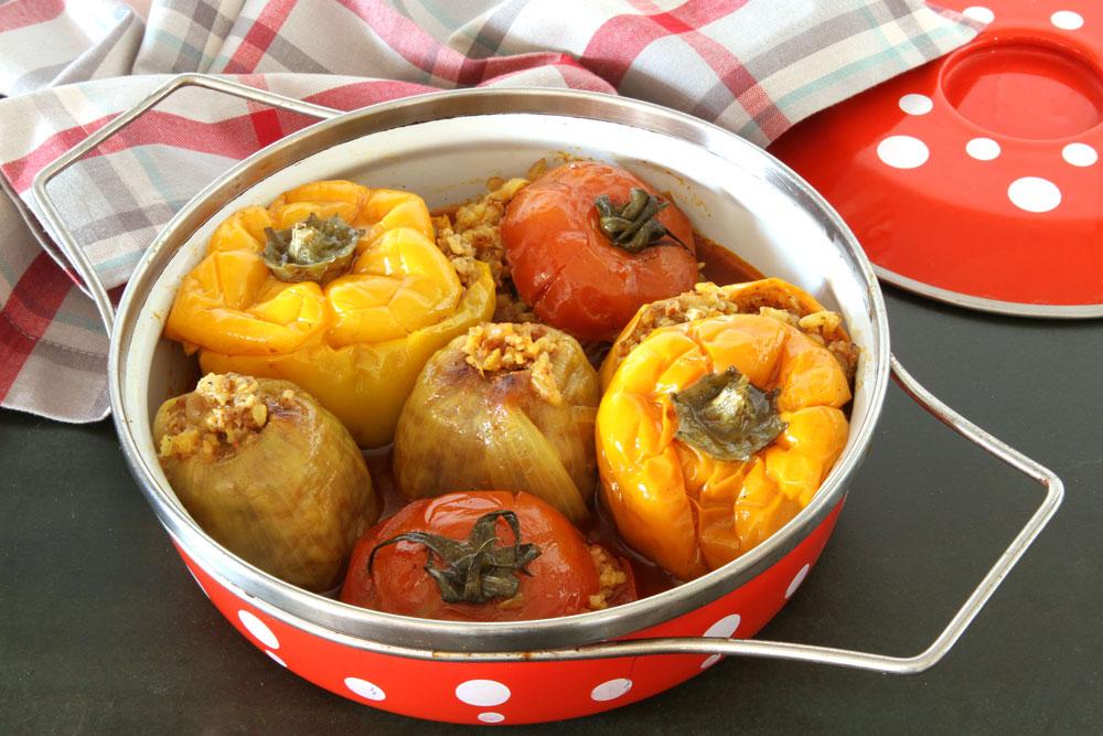 פלפלים, עגבניות ובצלים ממולאים (צילום: אסנת לסטר)
