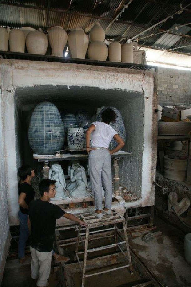 בתהליך העבודה, בעיר  ג'ינגדָז'ן שבסין (באדיבות ''יריד צבע טרי 7'')