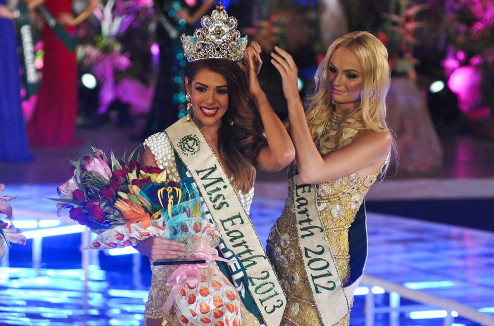 הכתרת Miss Earth בשנה שעברה. תחרות היופי הבינלאומית הראשונה שמכירה בפלסטין כמדינה (צילום: rex/asap creative)