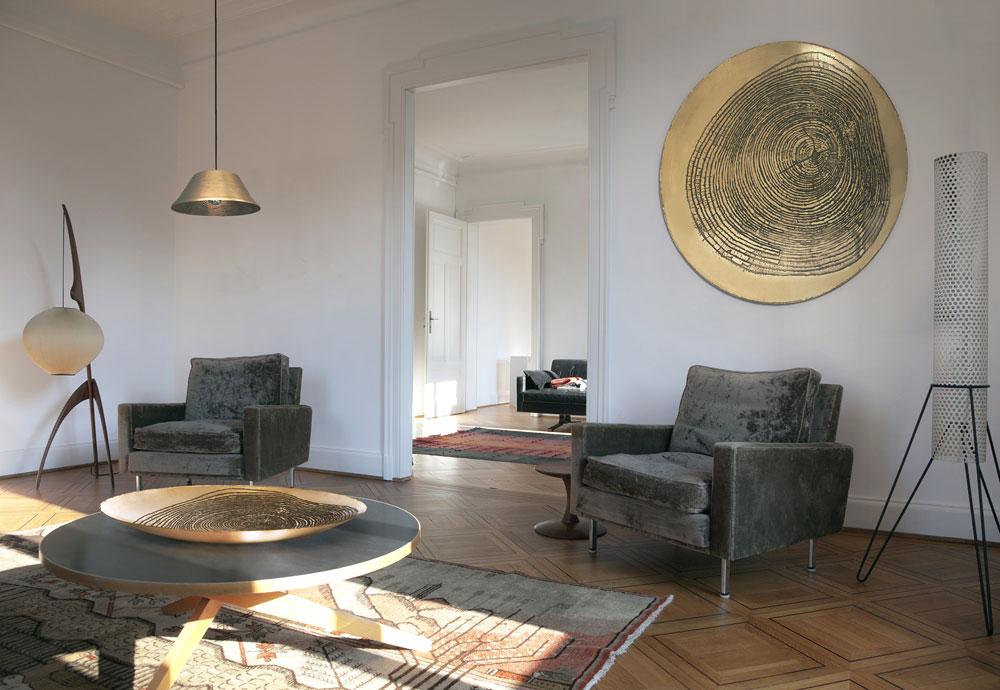 שרון סידס תציג ביריד קערות, מנורות ו''עבודות קיר'' - שלושה פריטים חדשים שהוסיפה לקולקציית הרהיטים שלה, שכולה עשויה ביד, בטכניקה של איכול פליז ובהדפס של גדמי עץ (באדיבות ''יריד צבע טרי 7'')