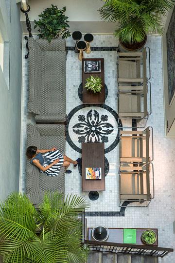 החצר האחורית של בית רומנוב שופצה. מבט מלמעלה (צילום: סיון אסקיו)