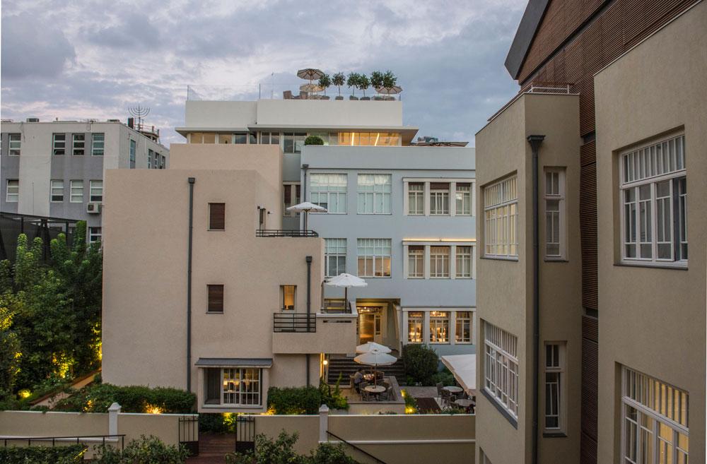 3 סגנונות אדריכליים במלון אחד: מלפנים ''בית שפרן'', במרכז וילת הבאוהאוס, ומאחור הסגנון האקלקטי של ''בית רומנוב'' (צילום: סיון אסקיו)