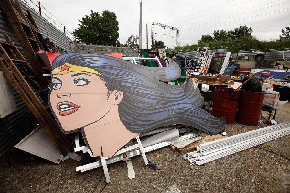 הושלכה בנבכי ההיסטוריה. שלט הנושא את דמותה של וונדר-וומן זרוק באתר גרוטאות (צילום: gettyimages)