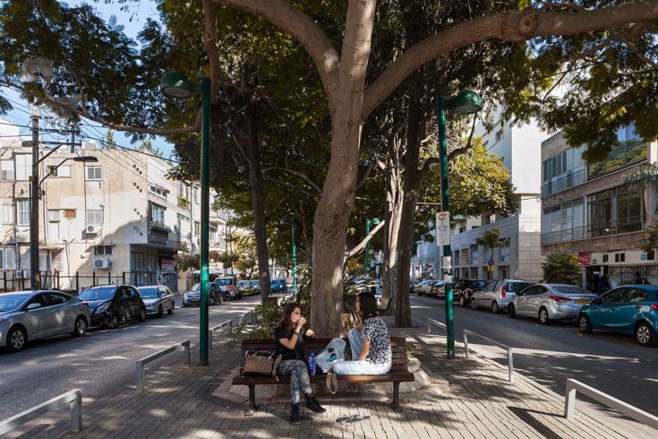 שדרות יהודית, השבוע. השכונה שקטה יותר מפלורנטין, והבתים אינם ניצבים בקו אפס של הרחוב. חצר קדמית, כמו בשאר שכונות ת''א הישנה (צילום: טל ניסים)