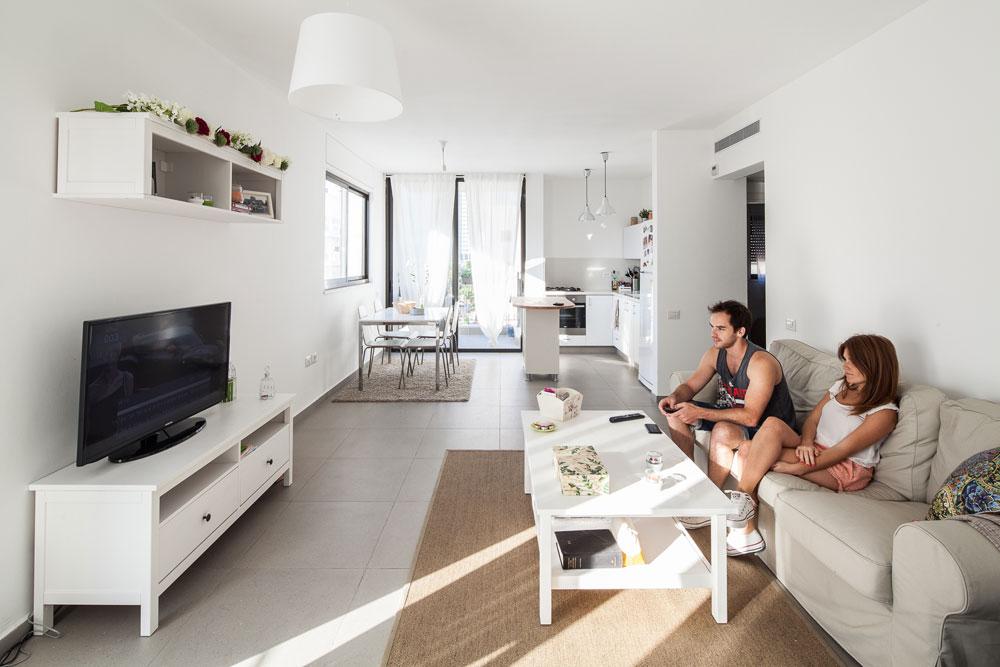 אייל ומריה גרים כאן בדירת 70 מ''ר, אחרי שעברו משדרות נורדאו בצפון הישן של ת''א. המחיר: 5,300 שקל לחודש. מחירי הנכסים אינם ''מציאה'' כפי שהיו לפני הזינוק הגדול (צילום: טל ניסים)