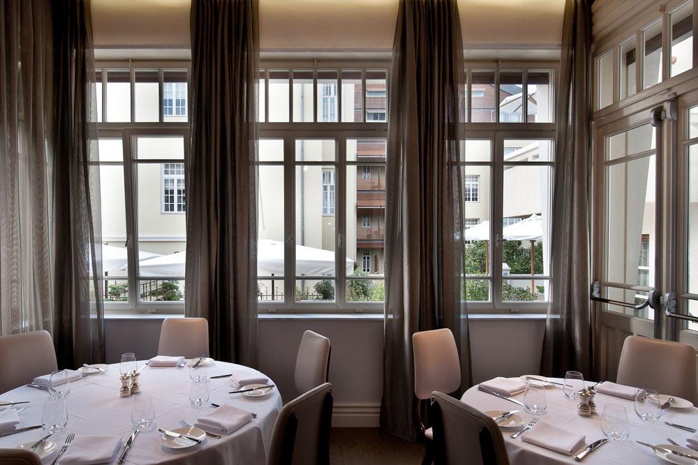 המסעדה, שתיפתח בקרוב בקומת הכניסה, בניהולם של האחים ירזין (''קפה איטליה, ''מוזס'', ''טוני וספה''). מסעדה יפנית תיפתח ליד הבריכה (צילום: עמית גושר)