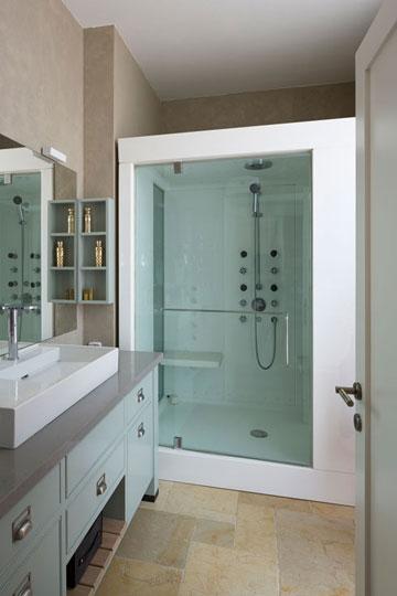 בחדר הרחצה של בעלי הבית מקלחון שהוא גם סאונה (צילום: שי אפשטיין)
