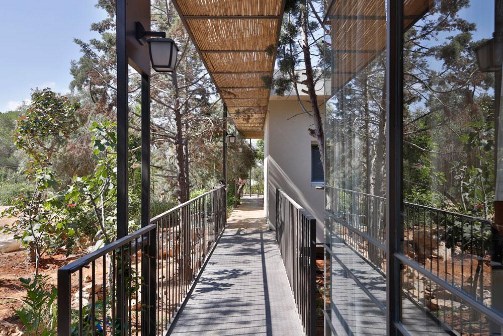 גשר מחבר בין שני אגפי החדרים, ותוחם את החצר הפנימית שאליה פונים כל חלקי הבית (צילום: שי אפשטיין)