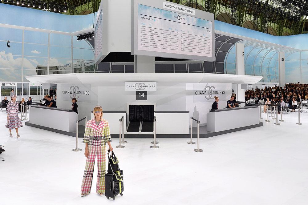 דוגמניות בתפקיד דיילות. תצוגת האופנה של שאנל בפריז (צילום: gettyimages)