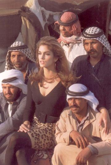 ישראל ואני. סינדי קרופורד בהפקת אופנה שצולמה בארץ בשנת 1992 (צילום: rex/asap creative)