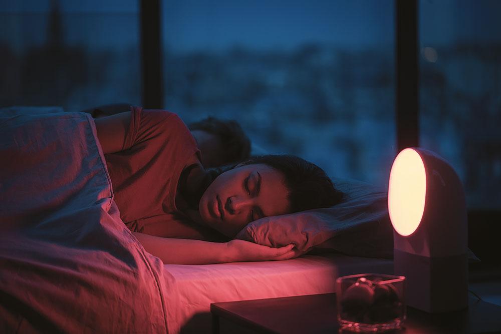 Withings Aura הוא גם שעון מעורר, גם מנורה שמפיצה אור בגוונים שמסייעים להירדמות ולהתעוררות, וגם מכשיר העוקב אחר השינה ועוזר לקבוע אם היא מספקת
