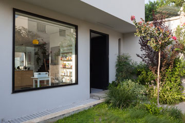 זווית נוספת של הכניסה. חלון גדול מקשר בין המטבח לרחוב (צילום: טל ניסים )